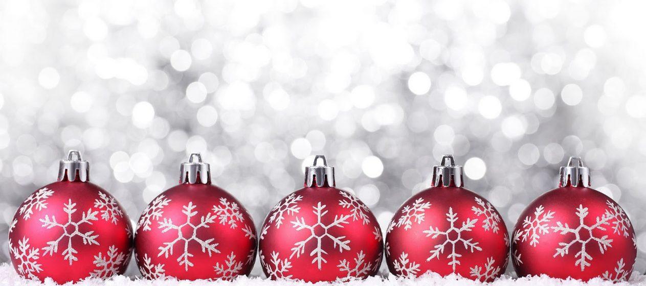 kerstballen_rood_sneeuw